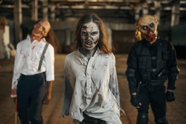 Zombie Szukające świeżego Mięsa, Opuszczona Fabryka Premium Zdjęcia