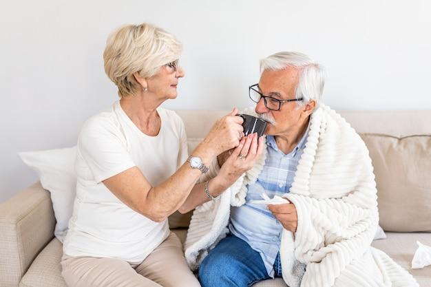 Żona Opiekuje Się Chorym Mężem Premium Zdjęcia