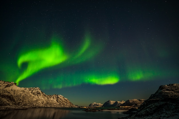 Zorza Polarna, Morze Z Odbiciem Nieba I Zaśnieżone Góry. Natura, Lofoty Aurora Borealis. Lofoty, Norwegia. Premium Zdjęcia