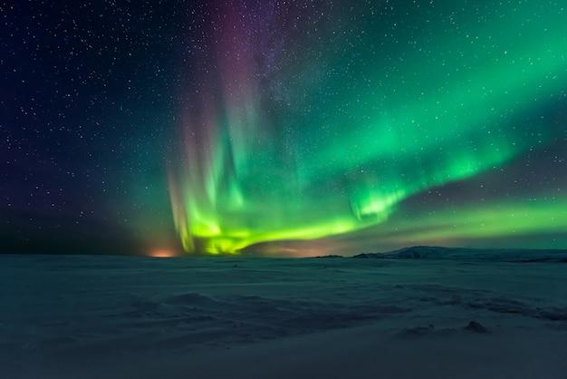 Zorza Polarna Zorzy Polarnej Nad Górami Premium Zdjęcia