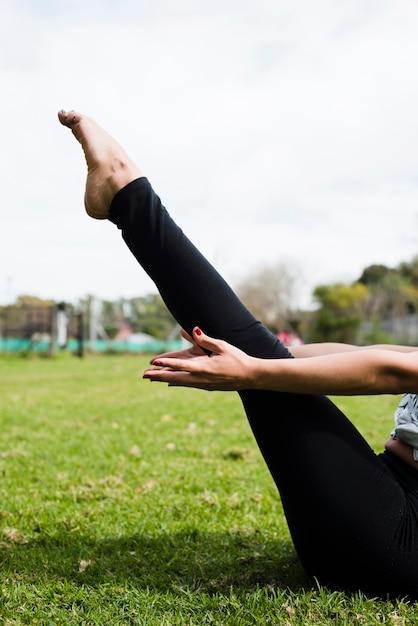 Zrelaksowana Dziewczyna ćwiczy Joga Plenerowego Darmowe Zdjęcia