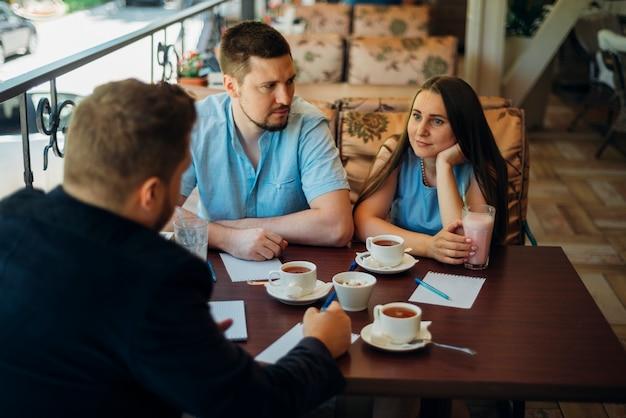 Zrelaksowani Ludzie Komunikujący Się I Pijący Kawę I Milkshake W Kawiarni Darmowe Zdjęcia