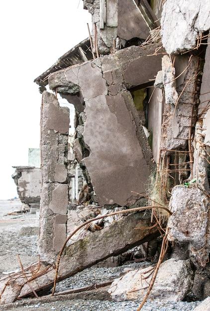 Zrujnowany dom na piasku w pobliżu morza. Premium Zdjęcia