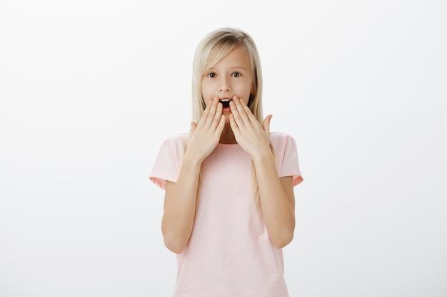 Zszokowana I Pod Wrażeniem Mała Blondynka Sapiąca, Z Rozbawioną Szczęką Darmowe Zdjęcia