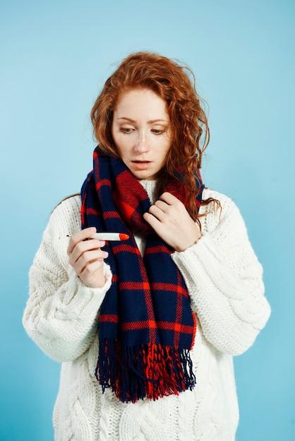 Zszokowana Kobieta Sprawdzanie Temperatury Termometru Cyfrowego Darmowe Zdjęcia
