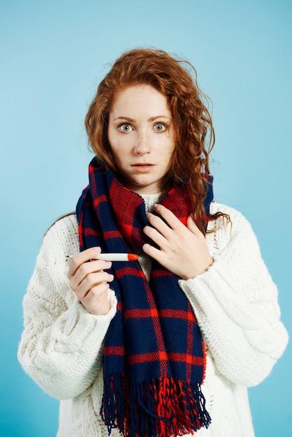 Zszokowana Kobieta Z Termometrem Cyfrowym, Sprawdzanie Temperatury W Studio Strzał Darmowe Zdjęcia