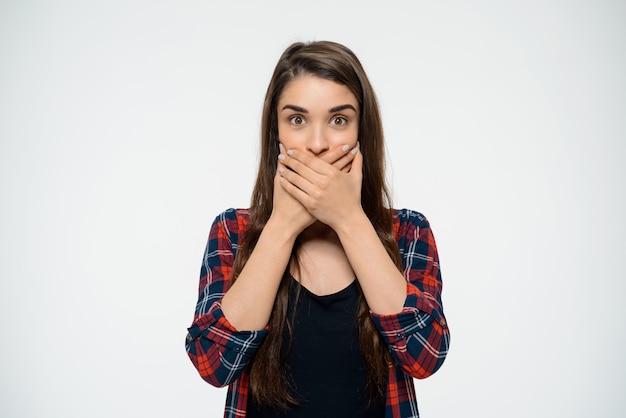 Zszokowana Kobieta Zamknęła Usta, Wyglądała Na Zaskoczoną Darmowe Zdjęcia