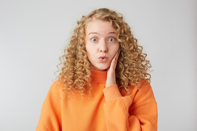 Zszokowana Wpatrując Się Przed Siebie Blondynka Przykłada Dłoń Do Twarzy Darmowe Zdjęcia