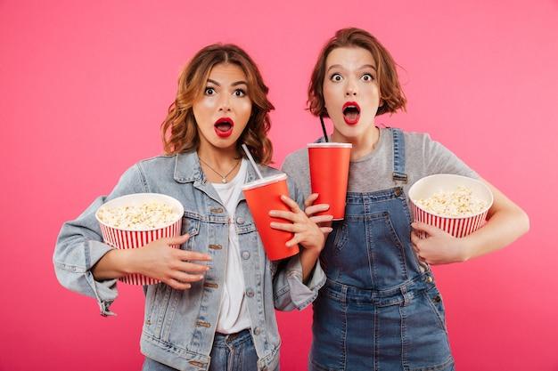 Zszokowani Przyjaciele Kobiety Jedzący Popcorn Oglądają Film. Darmowe Zdjęcia
