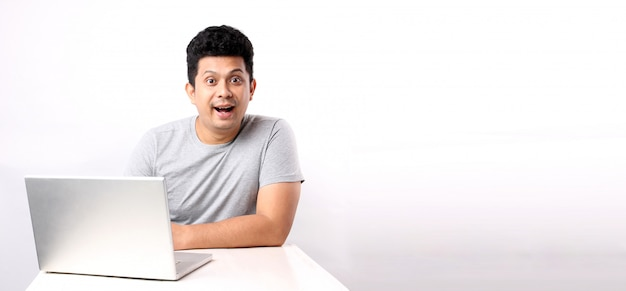 Zszokowany I Zaskoczony Azjatycki Człowiek, Który Ma Stronę Komputera. Z Miejsca Na Kopię. Premium Zdjęcia