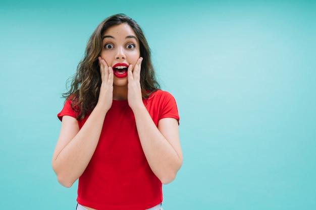 Zszokowany młoda kobieta stwarzających Darmowe Zdjęcia