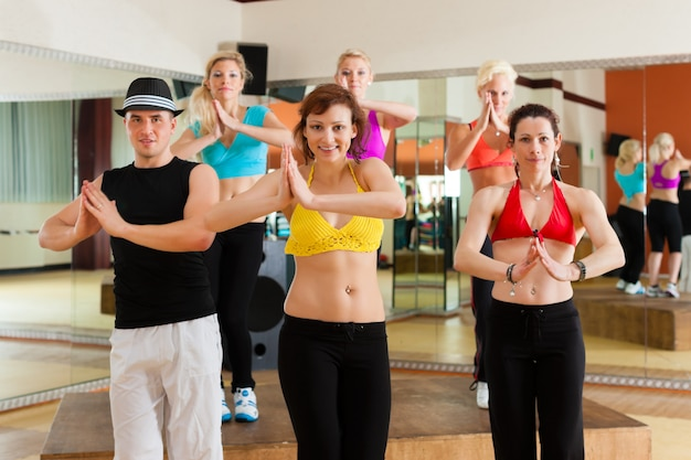 Zumba Lub Jazzdance - Młodzi Ludzie Tańczą W Studio Premium Zdjęcia