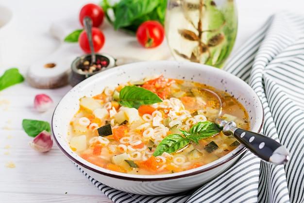 Zupa Jarzynowa Minestrone Z Makaronem Premium Zdjęcia