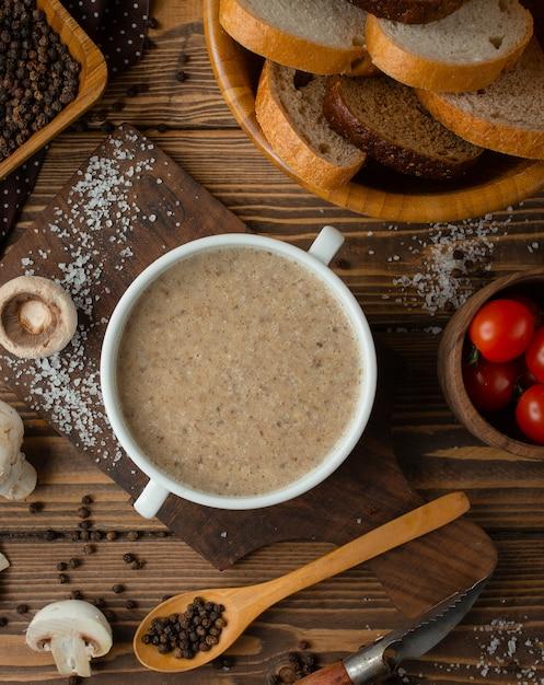 Zupa krem grzybowy na stole Darmowe Zdjęcia
