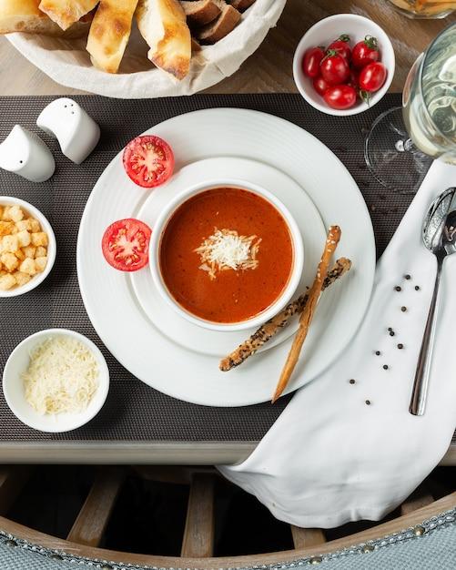 Zupa Pomidorowa Z Posiekanym Białym Serem I Pomidorami Koktajlowymi. Darmowe Zdjęcia