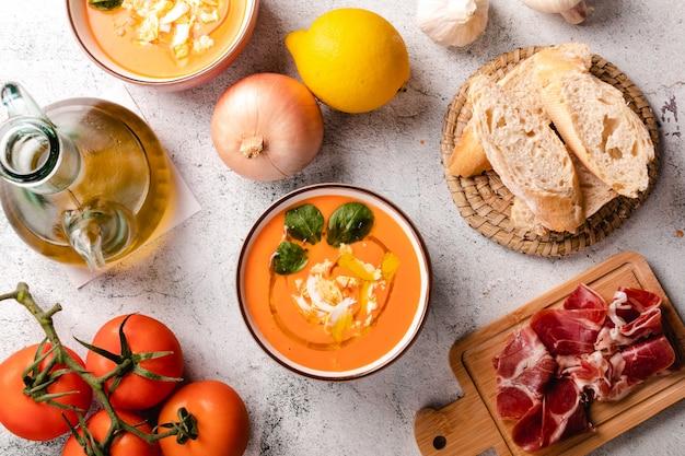 Zupa Salmorejo Z Szynką I Jajkami W Misce Premium Zdjęcia