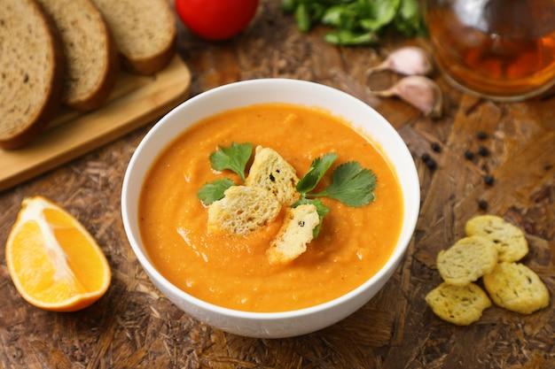 Zupa z soczewicy puree. Premium Zdjęcia
