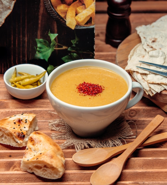 Zupa Z Soczewicy Z Chlebem Na Stole 1 Darmowe Zdjęcia