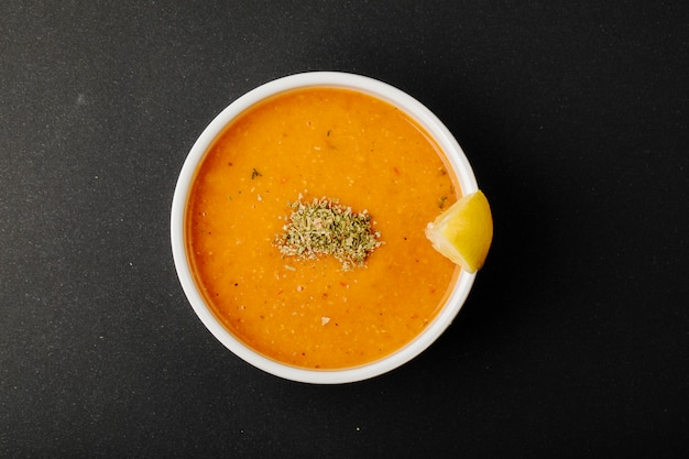 Zupa Z Soczewicy Z Przyprawami I Plasterkiem Cytryny. Darmowe Zdjęcia