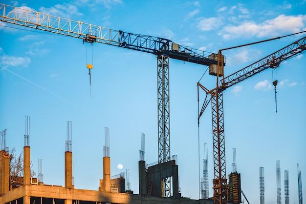 Żurawie wieżowe na budowie Premium Zdjęcia