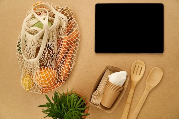 Zużyte odpady nie zawierają recyklingu koncepcji płaskiego laya, torby na sznurki i drewnianej kuleczki, szablonu aplikacji Premium Zdjęcia