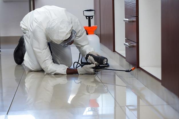 Zwalczanie Szkodników Rozpylanie Pestycydów Pod Szafką Premium Zdjęcia