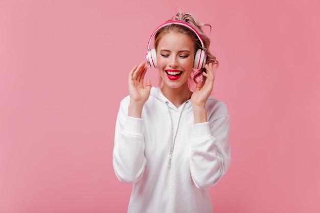 Żwawa Kobieta W Dużych Słuchawkach Uwielbia Słuchać Muzyki Darmowe Zdjęcia