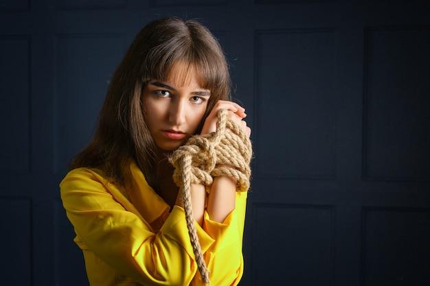 Związana Z Liny Młoda Kobieta Związane Ręce Kobiety W Niewoli Premium Zdjęcia