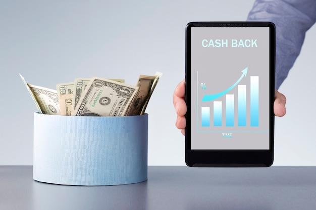 Zwrot Pieniędzy Ze Sklepu Internetowego. Człowiek Posiadający Cyfrowy Tablet Z Wykresem Wzrostu Premii. Premium Zdjęcia