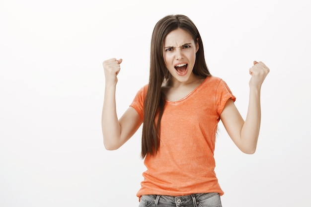 Zwycięska I Wzmocniona Pompa Pięścią Młodej Dziewczyny. Motywowanie Się, Osiągnięcie Celu, świętowanie Zwycięstwa Darmowe Zdjęcia