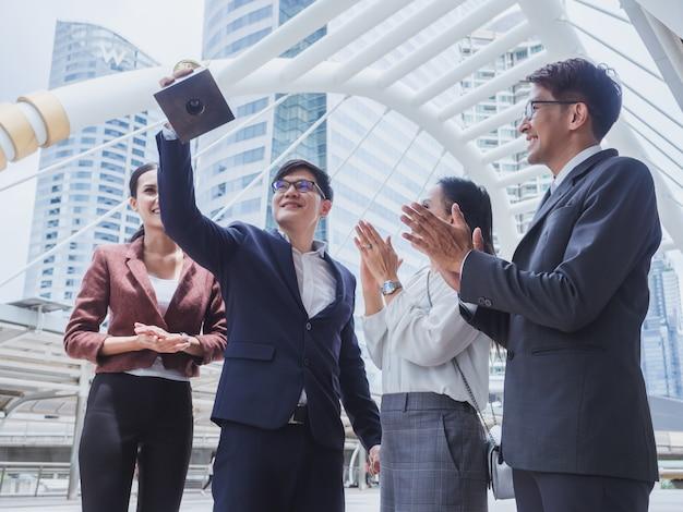 Zwycięskie złote trofeum zespołu biznesowego, ludzie biznesu chętnie odnoszą sukcesy w pracy Premium Zdjęcia