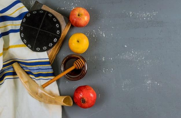 Żydowski Miód świąteczny I Jabłka Z Książką Granatu Tora, Kippah Yamolka Talit Premium Zdjęcia
