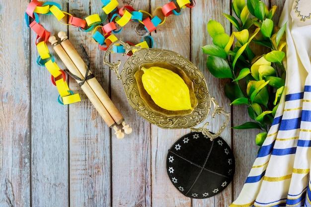 Żydowski Religijny żółty Cytron Etrogu Jest Używany Podczas święta Sukkot I Tałesu Premium Zdjęcia