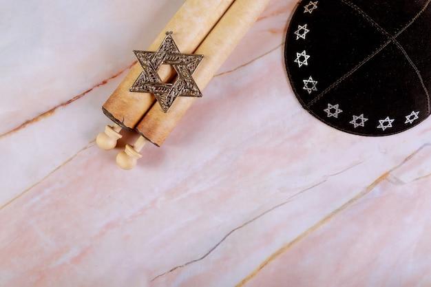 Żydowskie Pochodzenie Z Kippą I Papirusową Rolką. Premium Zdjęcia