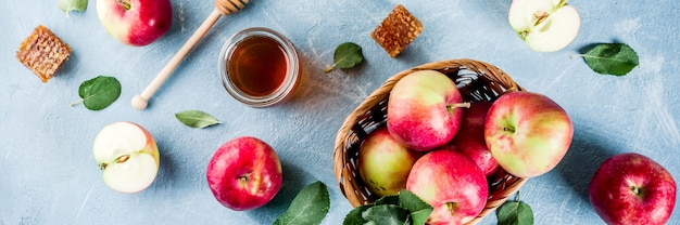 Żydowskie święto Rosz Haszana Lub Koncepcja święta Jabłka, Z Czerwonymi Jabłkami, Liśćmi Jabłka I Miodem W Słoiku Premium Zdjęcia