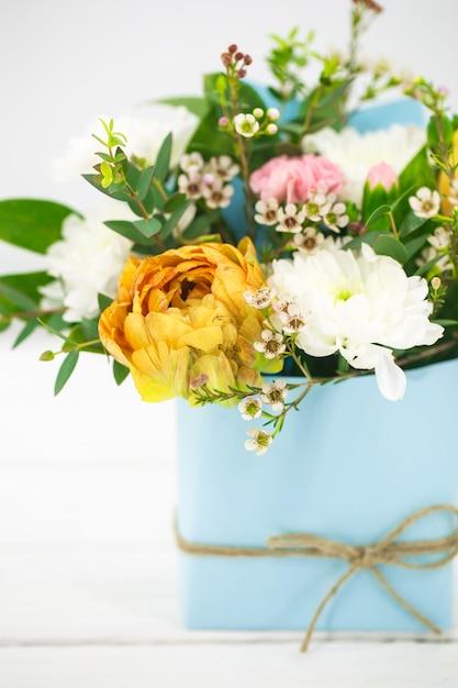 Żyją Wiosenne Kwiaty Na Białym Tle W Niebieskiej Doniczce Z Kokardą Darmowe Zdjęcia