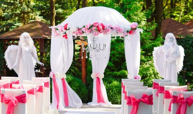 Żywe posągi na ceremonii ślubnej. Premium Zdjęcia