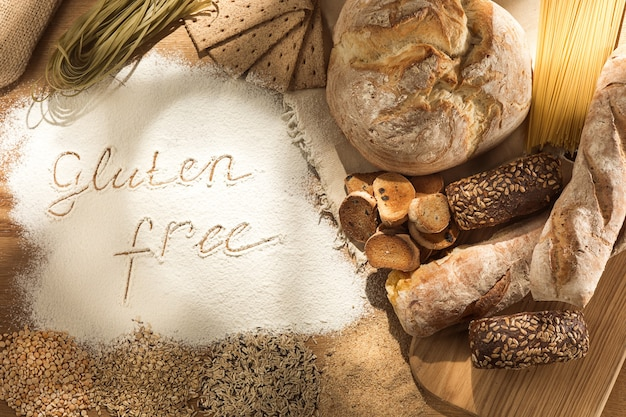 Żywność Bezglutenowa. Różne Makarony, Chleb I Przekąski Na Drewnianym Darmowe Zdjęcia
