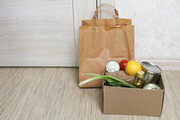 Żywność Dla Osób Cierpiących, Darowizna, Koncepcja Kwarantanny. Wolontariusz Zbierający Jedzenie. Premium Zdjęcia