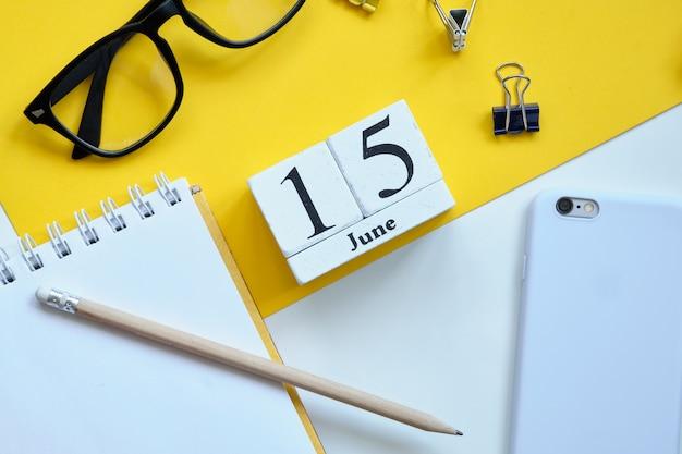 15 decimoquinto día mes de junio concepto de calendario en bloques de madera. Foto Premium