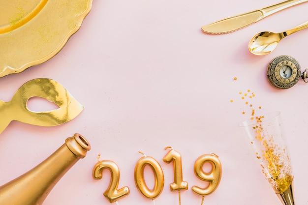 2019 inscripción de velas con botella y vaso. Foto gratis
