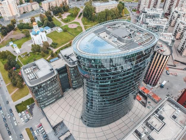 26.07.2019 san petersburgo, rusia - foto aérea de un centro de negocios de rascacielos de vidrio, un banco, una torre central y dos edificios del complejo hotelero y de restaurantes. Foto Premium
