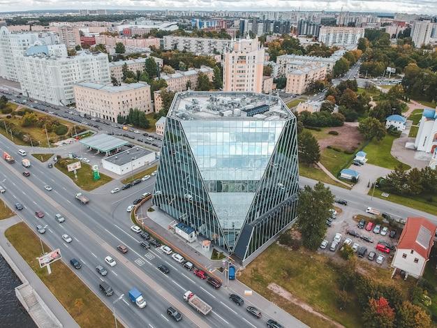 26.07.2019 san petersburgo, rusia - foto aérea de un centro de negocios de rascacielos de vidrio en la orilla del río neva. Foto Premium