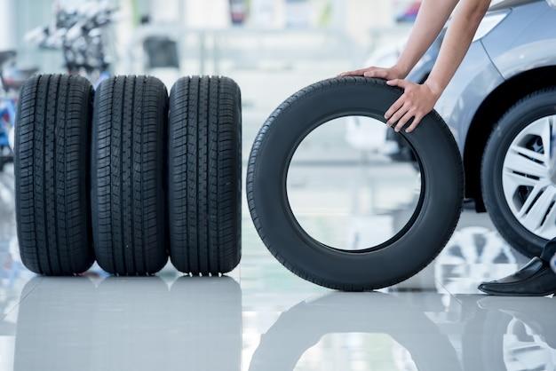4 neumáticos nuevos que cambian neumáticos en el centro de servicio de reparación de automóviles Foto Premium