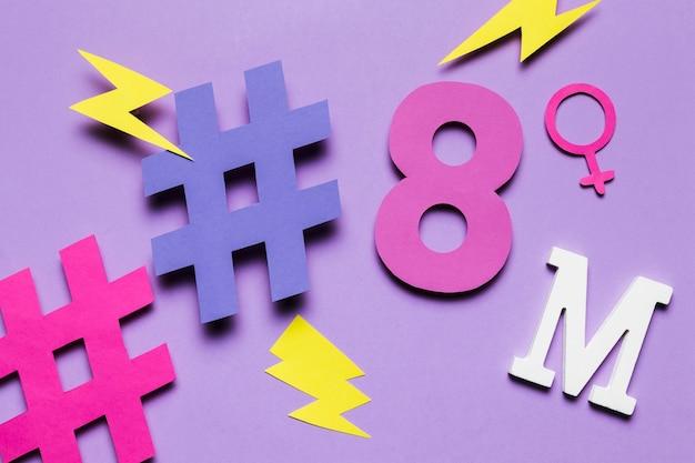 8 de marzo y hashtags con truenos Foto gratis