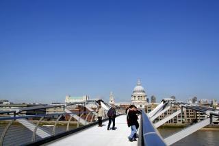 A través del puente del Milenio Foto Gratis