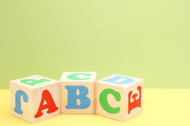 Abc: las primeras letras del alfabeto inglés en cubos de juguete de madera. Foto Premium
