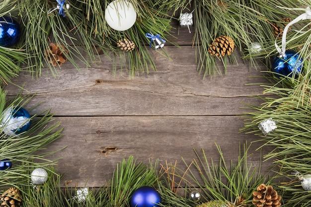 Abeto con árbol y joyas de navidad sobre un fondo de marco de madera Foto Premium