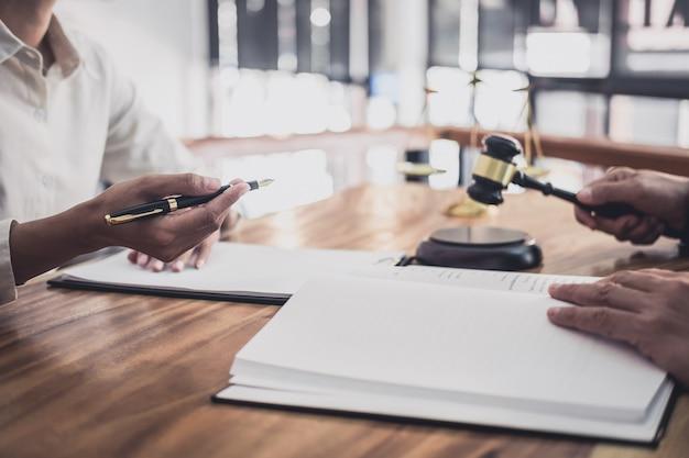 Un abogado o un juez consultan tener una reunión de equipo con una empresaria. Foto Premium
