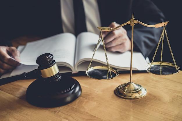 Abogado o juez varón trabajando con papeles contractuales. Foto Premium